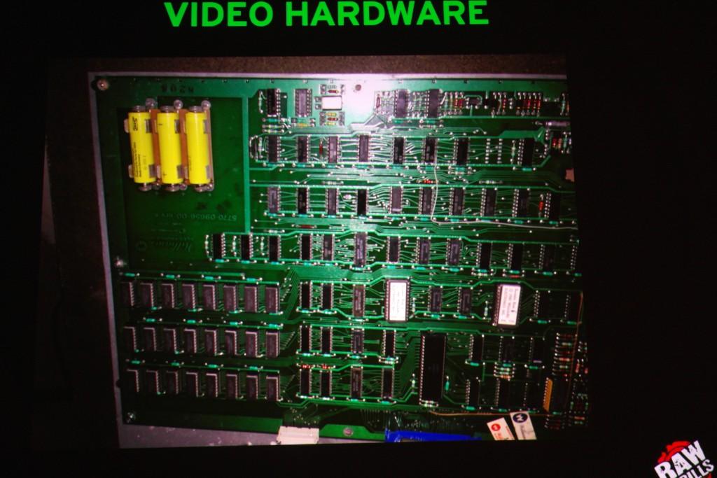 Robotronin emolevy on oikea tietokonepiirien sekamelska. Orkesteria johtaa Motorolan 6809-prosessori (pitkulainen piiri kuvan oikeassa alanurkassa). Keltaiset paristot estävät ROM-muistia tyhjentymästä, kun virtajohto vedetään seinästä.