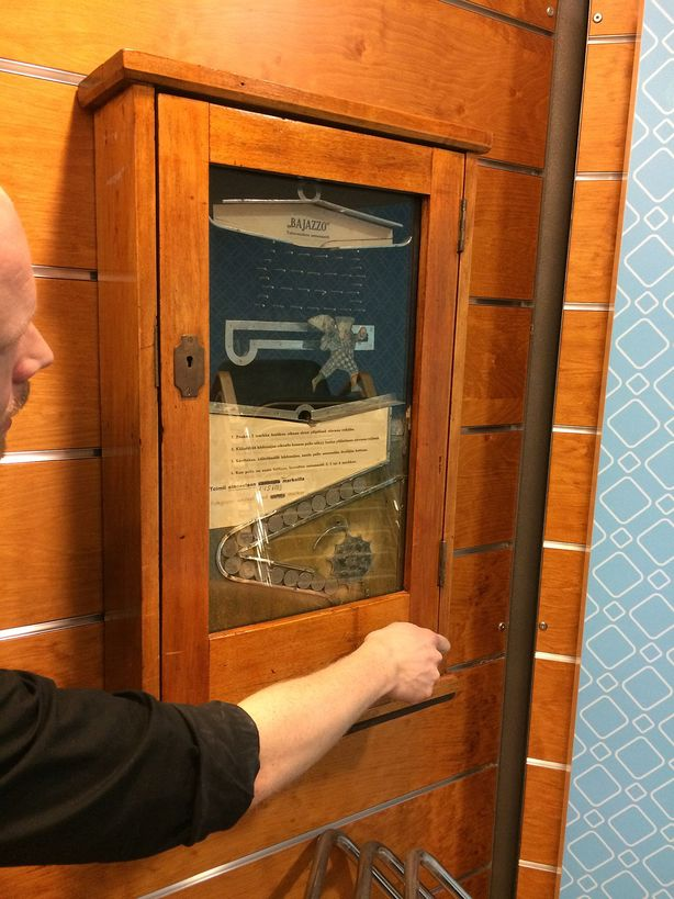 Saksalaisessa Bajazzossa kolikkoa pyydystettiin metallisen ilveilijähahmon (ital. pagliaccio) voittokuppiin. Ilveilijää ohjataan taulussa olevaa nuppia kääntämällä.